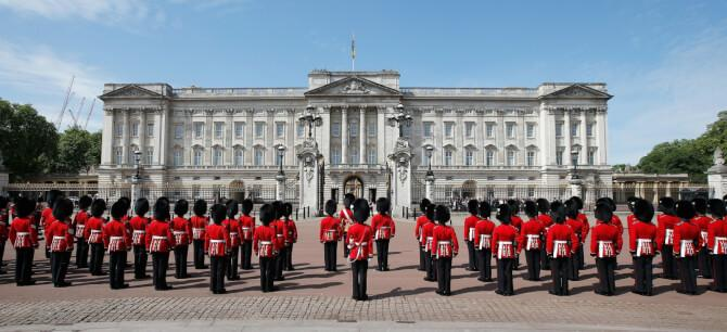 Top 20 things to do in London: Guards infront of Buckingham Palace