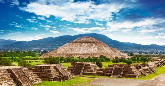 things to do in mexico city:Teotihuacan Pyramids