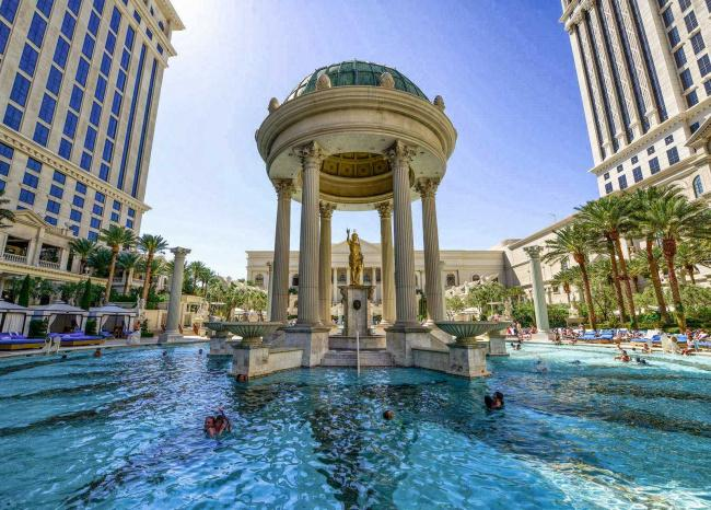 Top 20 things to do in Las Vegas: The pool of the Caesars Palace